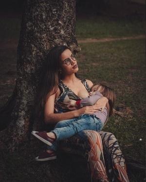 mujer dando lactancia materna